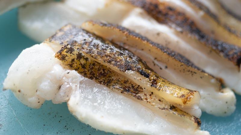 さっぱりとしているのに、歯ごたえがありスタミナが抜群につく「うつぼたたき」。釣太郎キッチンは表面だけ炙り、中身は生なのでお刺身状態。
